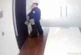 Đứng chờ thang máy, người đàn ông ngang nhiên tiểu bậy ở hành lang chung cư