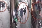 Bị sàm sỡ giữa phố, người phụ nữ lao vào đánh kẻ bệnh hoạn tơi tả