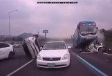 Clip: Tài xế ngủ gật gây tai nạn liên hoàn