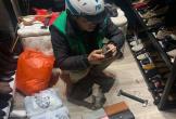 Tranh thủ đi làm sớm để chọn và chụp ảnh ví cho vợ chọn làm quà ngày Valentine, anh shipper khiến chủ shop chạnh lòng
