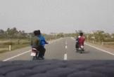 Chạy xe dàn hàng ngang, trêu tức ô tô, 4 thanh niên đi xe máy gây bức xúc