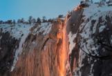 Khách nườm nượp đến công viên Mỹ xem thác nước 'đổ lửa'