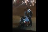 Nụ hôn vội vã giữa phố phường tấp nập đèn xe của đôi bạn trẻ trước lúc chia tay khiến nhiều người bất giác mỉm cười