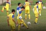 Đình Trọng cùng các đồng đội phô diễn kỹ năng tâng bóng