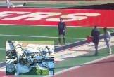 Video: Kinh hoàng khoảnh khắc trụ đèn đổ sập, đè lên người trọng tài ngay trong trận đấu bóng đá