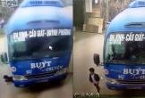 Clip: Cháu bé thoát chết khi bị xe buýt đâm trúng