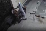 Clip: Suýt bị cướp điện thoại trước cửa nhà, cô gái có màn phản xạ cực nhanh