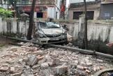 Hiện trường vụ ô tô đâm thủng tường đình làng gây xôn xao cả con phố
