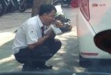 Hình ảnh người tài xế taxi ăn vội gói xôi bên vệ đường khiến dân mạng xót xa