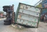 Xe rơ-moóc lật giữa đường, gây tai nạn làm 3 người tử vong