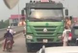 Mặc cho CSGT bám lên xe tải, tài xế vẫn chạy lùi để 'thoát thân'