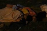 Du khách vạ vật ngủ trước đền Hùng chờ đến giờ dâng hương