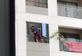Clip: 'Đau tim' cảnh người phụ nữ trèo ra ngoài cửa sổ chung cư để lau kính