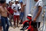 Clip: Thanh niên giả gái đi cướp tiệm vàng bị dân vây bắt tại trận