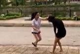 Nghi cô gái trẻ cặp bồ chồng mình, người vợ đánh ghen túi bụi giữa đường: 'Rủ chồng tao sang phòng khác là lỗi của mày rồi'