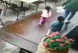Video: Ôtô mất lái lao như tên bắn, 3 mẹ con thoát chết trong gang tấc
