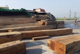 Lật xe, hàng chục khối gỗ lớn bung ra giữa quốc lộ 1A
