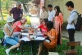 Du khách nước ngoài thích thú trải nghiệm làm tranh làng Sình tại Huế