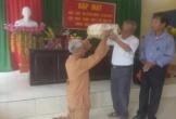 Bức ảnh người học trò đầu bạc quỳ trước thầy giáo cũ khiến cộng đồng mạng xúc động