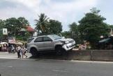 Mất lái, xe Fortuner nằm lơ lửng trên dải phân cách