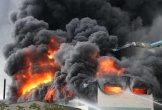 Công ty băng keo rộng hàng ngàn mét vuông cháy khủng khiếp, công nhân tháo chạy thục mạng