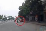 Lạng lách trên đường, nữ tài xế ô tô 'đốn ngã' 2 người đi xe máy