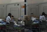 Cặp đôi chăm nhau trong bệnh viện, hát