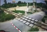 Clip: Băng qua đường sắt thiếu quan sát, nam thanh niên suýt bị tàu cán chết