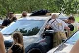 Mẹ nhốt con nhỏ trong xe giữa trời nóng