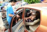 Hé lộ nguyên nhân vụ ô tô mất lái lao lên vỉa hè, 2 thanh niên trong xe hạ kính nằm lăn ra ngủ lay mãi không dậy