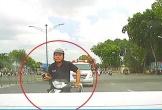 Thanh niên đi xe máy đâm thẳng đuôi ôtô vì mải bấm điện thoại