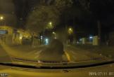 Clip: Cô gái bất ngờ lao thẳng về phía ô tô đang chạy, đập đầu thùm thụp lên nắp capo nghi do cãi nhau với người yêu