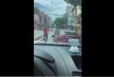 Gây ra loạt va chạm, tài xế vẫn cố thủ trong ô tô rồi bất ngờ nhấn ga bỏ chạy
