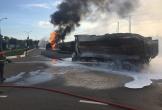 Xe tải và xe bồn bốc cháy dữ dội sau va chạm, ít nhất 2 người tử vong
