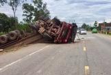 Nghệ An: Xe đầu kéo 'phơi bụng' trên đường N5, 2 người bị thương