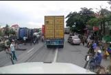Clip: Khoảnh khắc nhóm người đang chờ sang đường bị xe tải lật đè tử vong