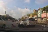 Va chạm giao thông khi sang đường, người phụ nữ rơi vào tình huống dở khóc dở cười
