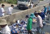 Xe chở bia gặp nạn: Không hôi của, người dân hỗ trợ gom hơn 60 thùng bia