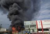 Cháy dữ dội tại siêu thị ở Bắc Giang, khói đen cao hàng chục mét
