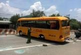 """Xe khách 29 chỗ lật ngang vì bị """"rụng"""" 2 bánh khi đang lưu thông, 10 người nhập viện"""