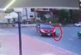Rợn người clip xe bán tải cán qua người cháu bé ở Hải Phòng