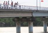 Hà Tĩnh: Khiếp đảm chứng kiến những đứa trẻ thi nhau nhảy cầu tắm sông từ độ cao hơn 15m
