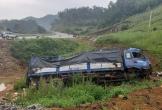 Xe tải mất phanh lao xuống hố sâu ở Mộc Châu, tài xế bị thương
