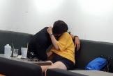 Không chỉ ''khóa môi'' thắm thiết, chàng trai còn thò tay mò mẫm bạn gái giữa quán trà sữa khiến người xung quanh đỏ mặt