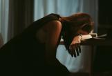 Mẹ chồng nhất quyết không chịu trông cháu cho tôi đi làm, tôi đã trách bà lười nhác để rồi bật khóc khi thấy bà bước ra từ hầm phân hôi hám