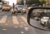 Người đàn ông tung tiền ra đường vì căng thẳng, dân tình tranh nhau nhặt