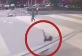 Clip: Đi bộ trên đường, người phụ nữ bị thanh sắt đè tử vong