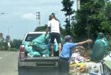 Hà Tĩnh: Kỳ lạ cảnh trường mầm non dùng xe bán tải chở rác vứt trên Quốc lộ