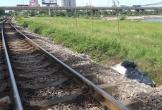 Thót tim cảnh người đàn ông cố băng qua đường ray khi tàu hỏa đang lao tới