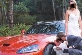 Bức ảnh chú rể dùng váy cô dâu lau bánh xe gây tranh cãi trên mạng xã hội
